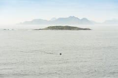 Sikt av de Cies öarna från kusten Arkivfoton