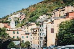 Sikt av de färgrika husen av Cinque Terre National Park i Riomaggiore, Liguria, Italien Arkivfoto