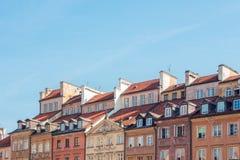 Sikt av de gamla byggnadstaken i den gamla staden i Warszawa, Polen Royaltyfri Fotografi