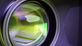 Sikt av de glass beståndsdelarna i en kameralins Mål under gult ljus Lutande-förskjutning bruk stock video