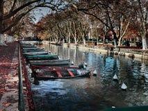 Sikt av de härliga Pont des-kärleksaffärerna i Annecy, Frankrike arkivbilder