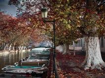 Sikt av de härliga Pont des-kärleksaffärerna i Annecy, Frankrike arkivfoto