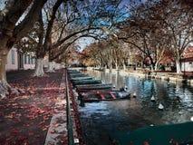 Sikt av de härliga Pont des-kärleksaffärerna i Annecy, Frankrike fotografering för bildbyråer