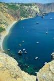 Sikt av de havsfjärden och skeppen uppifrån av berget på en solig dag övre sikt Arkivfoto