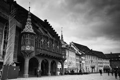 Sikt av de historiska köpmännen Hall på Freiburg im Breisgau arkivbilder