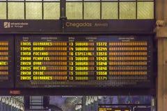 Sikt av de informationsbrädet, ankomsterna och avvikelserna på St Bento Station royaltyfria foton
