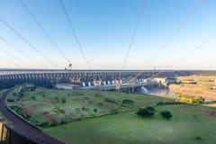 Sikt av de Itaipu fördämningkraftledningarna Arkivfoton