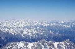 Sikt av de Kaukasus bergen från det västra maximumet av Elbrus Royaltyfri Foto
