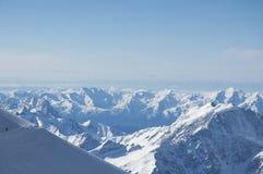 Sikt av de Kaukasus bergen från Elbrus Arkivbild