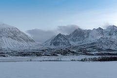Sikt av de Lyngen fjällängarna, Lyngen, Tromsoe, Norge Royaltyfri Fotografi
