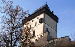 Sikt av de medeltida bergen för slotttakfinials och kullarna av Tjeckien Prague Royaltyfri Fotografi