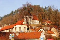 Sikt av de medeltida bergen för slotttakfinials och kullarna av Tjeckien Prague Arkivbild