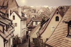 Sikt av de medeltida gatorna retro stil Arkivfoton