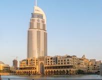 Sikt av de mest ber?mda gr?nsm?rkena i i stadens centrum Dubai, den Dubai gallerian och adresshotellet och Souken Al Bahar royaltyfri foto