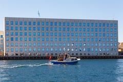 Sikt av de moderna byggnaderna i Köpenhamn från kanalen arkivbild