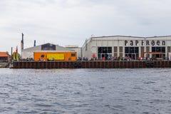 Sikt av de moderna byggnaderna i Köpenhamn från kanalen arkivfoton