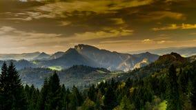 Sikt av de Pieniny bergen på solnedgången, Polen arkivfilmer