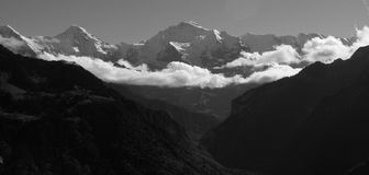 Sikt av de schweiziska fjällängarna Royaltyfria Foton
