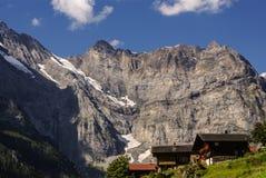 Sikt av de schweiziska fjällängarna: Härlig Gimmelwald by, centralströmbrytare Royaltyfri Fotografi
