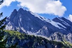 Sikt av de schweiziska fjällängarna: Härlig Gimmelwald by, centralströmbrytare Royaltyfri Bild