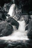 Sikt av de steniga forsarna i bergfloden Royaltyfria Foton