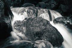 Sikt av de steniga forsarna i bergfloden Royaltyfri Bild
