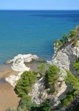 Sikt av de steniga klipporna nära staden av Vieste Royaltyfri Bild