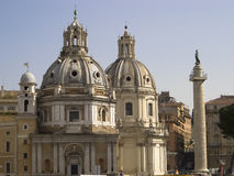 Sikt av de två kupolerna av kyrkan av Santa Maria Rome Italien Arkivfoto