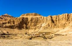 Sikt av Deir el-Bahari, ett komplex av bårhustempel Arkivbild