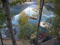 Sikt av den övreKachura sjön från träna royaltyfri bild