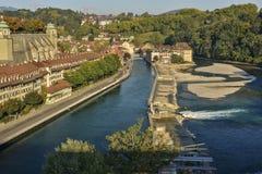 Sikt av den Aare flodfördämningen och den gamla staden av Bern switzerland Royaltyfria Bilder