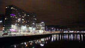 Sikt av den Albert Dock och trådgatan vid natt, Liverpool, UK arkivfilmer