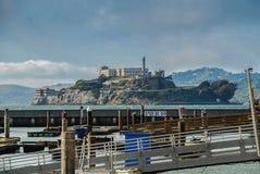 Sikt av den Alcatraz ön från pir 39 i San Francisco Royaltyfri Fotografi