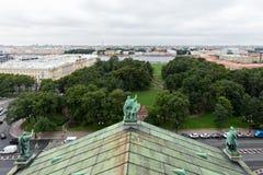 Sikt av den Alexandrovsky trädgården, den Neva floden och den Vasilievsky ön från kolonnaden av domkyrkan för ` s för St Isaac Royaltyfri Fotografi