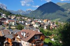 Sikt av den alpina byn Arkivfoton