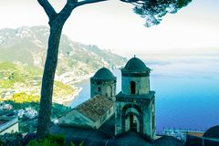 Sikt av den Amalfi kusten i Italien från de härliga Rufolo trädgårdarna i Ravello royaltyfria bilder