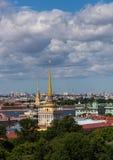 Sikt av den Amiralitetet tornspiran i mitten av St Petersburg Ryssland royaltyfria foton