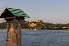 Sikt av den Angera fästningen från den Arona lakefronten Royaltyfri Bild