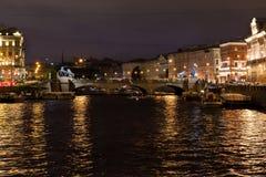 Sikt av den Anichkov bron, den Fontanka floden, St Petersburg Royaltyfria Foton