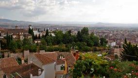 Sikt av den arabiska fjärdedelen i Granada från en vägg av fästningen av Alhambra lager videofilmer
