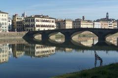 Sikt av den Arno flod- och giraffstatyn i Florence Royaltyfria Bilder