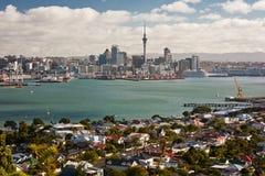 Sikt av den Auckland staden från Devonport område, Nya Zeeland Arkivbilder