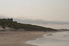 Sikt av den Bamburgh slotten, Northumberland Arkivfoton