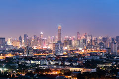 Sikt av den Bangkok skyskrapan på natten, Thailand Arkivfoto