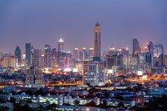 Sikt av den Bangkok skyskrapan på natten, Thailand Royaltyfri Bild