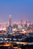 Sikt av den Bangkok skyskrapan på natten, Thailand Royaltyfri Foto