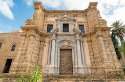 Sikt av den barocka fasaden med den romanska belltoweren av Ammiraglio för Santa Maria dell` kyrkligt bekant som den Martorana ky Royaltyfria Foton