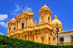 Sikt av den barocka stildomkyrkan i den gamla staden Noto, Sicilien Arkivbild