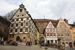 Sikt av den Beim Tiergartnertor fyrkanten i Nuremberg, Tyskland Arkivfoto