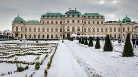 Sikt av den berömda övreSchloss belvederen i vintertid royaltyfria foton